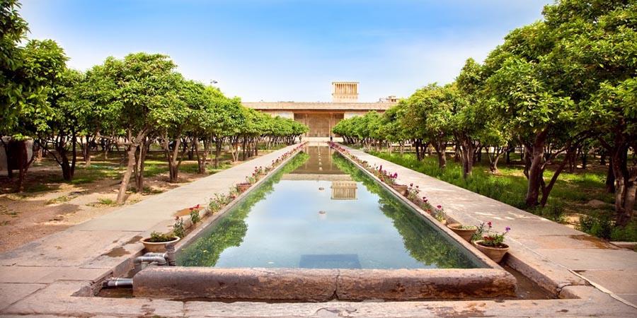 J 1 :  Visite de Shiraz
